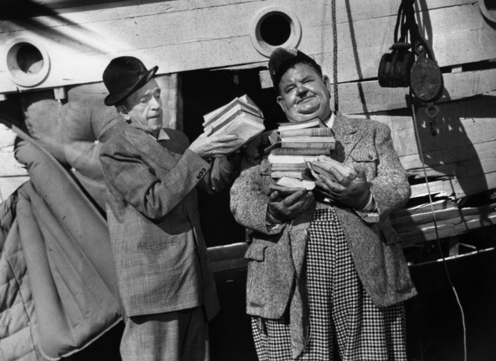atoll k 1951 001 laurel hardy with books jpg